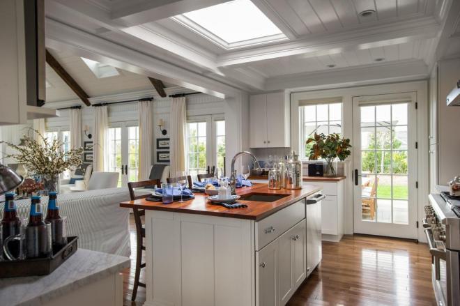 dh2015_kitchen_brightly-lit-island_h.jpg.rend.hgtvcom.1280.853