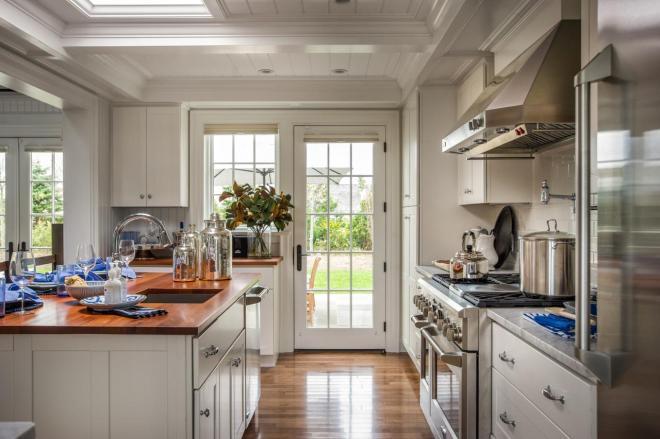 dh2015_kitchen_view-toward-patio_h.jpg.rend.hgtvcom.1280.853