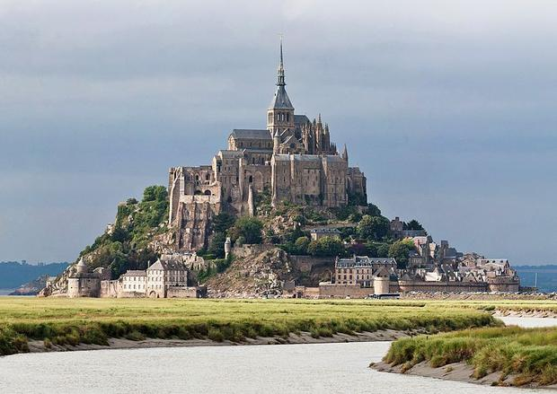 800px-Mont_St_Michel_3,_Brittany,_France_-_July_2011.jpg